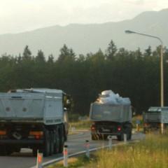 Tovornjaki firme Bračko, ki so odtujevali še uporabne ostanke laboratorija.