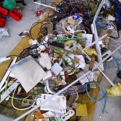 Bi radi ocenili, kaj vse se nahaja na tem mestu? Brezpredmetno! Vse to so bili povezovalni elementi včeraj delujočega laboratorija.