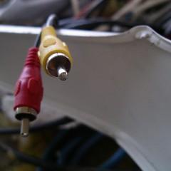 """Konektorja sta """"preživela"""", vendar jo je skupil kabel in zraven še letvice, baterije, cevi..."""